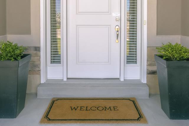 白い玄関と玄関マット
