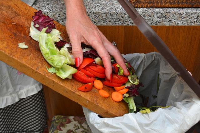 野菜の皮などをゴミ箱に捨てる
