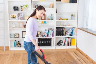 ローリングを掃除機がけしている女性