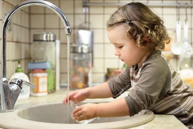 子供が食器を洗う