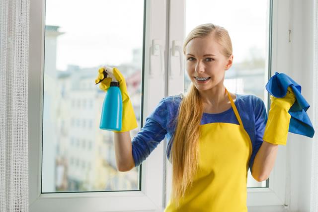 洗剤をもった女性
