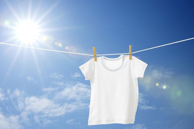 青空に映える白シャツ