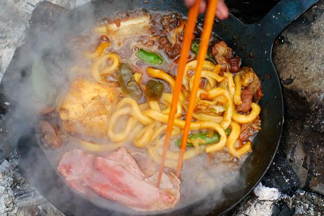 シリコン製の菜箸でうどんを混ぜている様子
