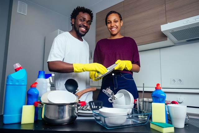 楽しそうに食器を洗う男女