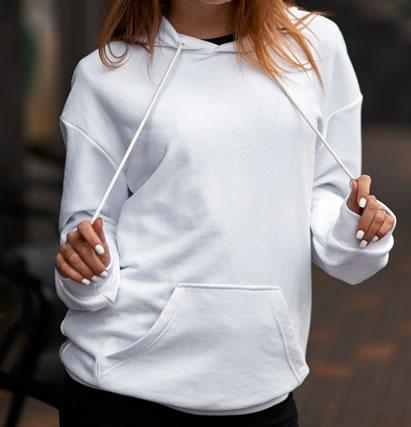 白のパーカーを着てる女性