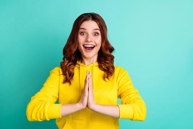 黄色のパーカーを着てる女性