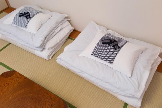 畳の上に畳んである布団