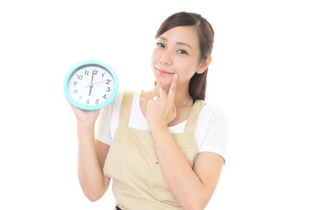 時間悩む女性イメージ