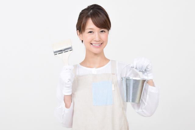 DIYをする主婦