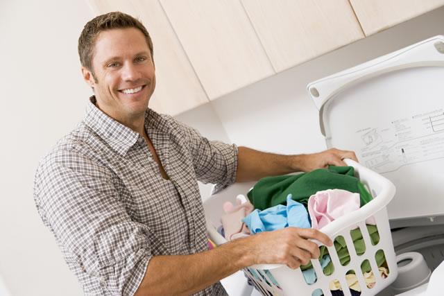 洗濯を嬉しそうにしている男性
