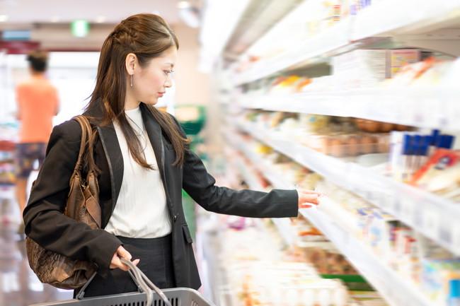 スーパーで買い物をしているビジネスウーマン