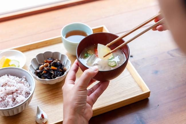 和食の朝食を食べている写真