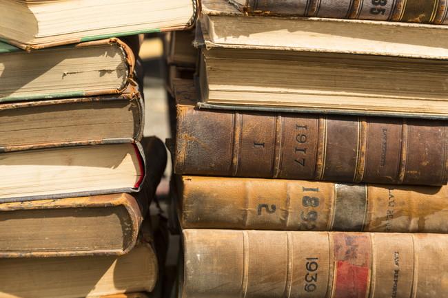 積み重ねられた古い本