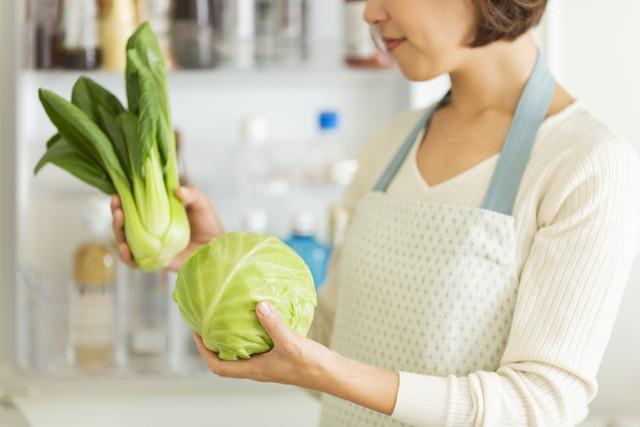 野菜を冷やそうとする主婦