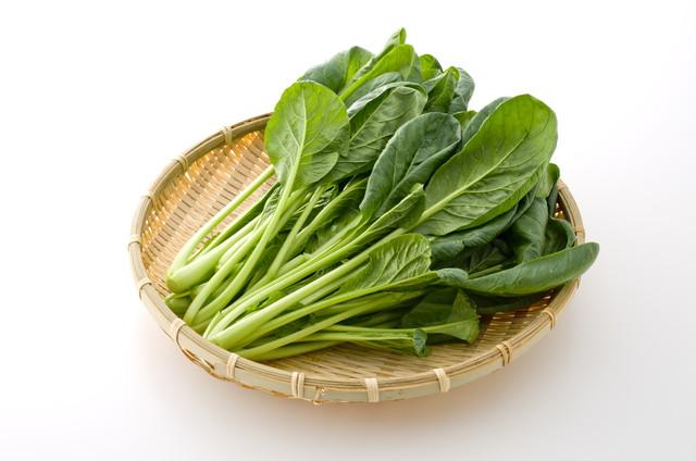 ざるに入った小松菜