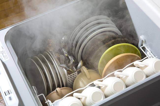 乾燥まで終わったビルドイン乾燥機の中の食器