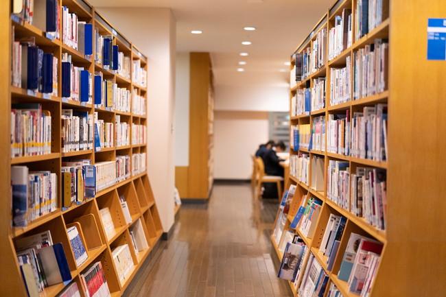 図書館の中の本棚