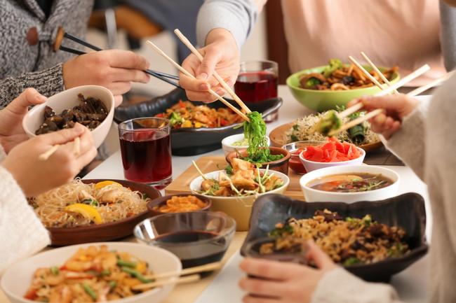 数人で中華料理の会食をしている様子