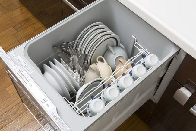 食器の入ったビルドイン食洗機