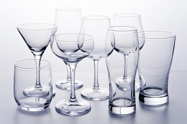 テーブルに置かれた複数のグラス
