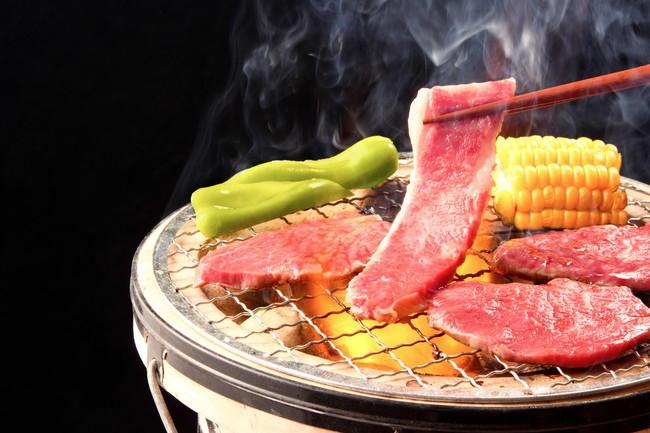 炭火で焼いている肉と野菜