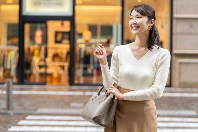 1人でショッピングを楽しんでいる様子の女性