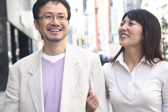 街を楽しそうに歩くミドルカップル