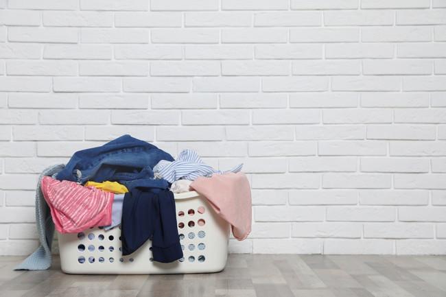洗濯カゴに積まれた洗濯物