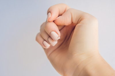 爪の先が割れている女性の手