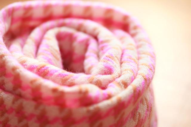 ピンクのクルクル巻いたマフラーストール