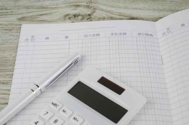 家計簿と電卓と万年筆