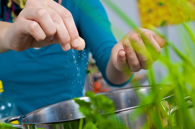 鍋に一つまみの塩を入れいてるところ