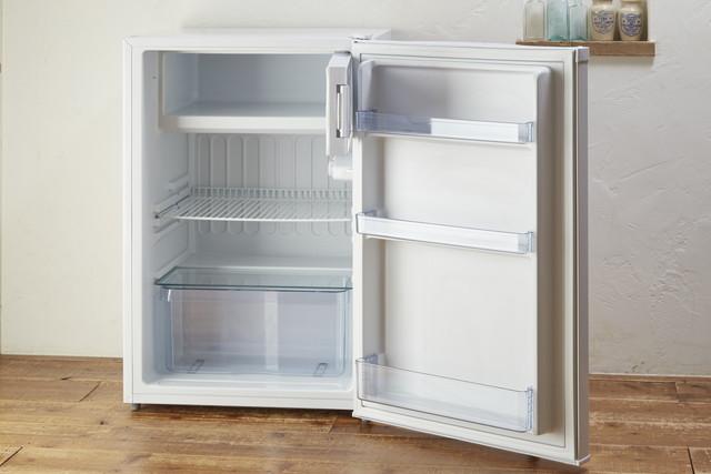 空の小型の冷蔵庫