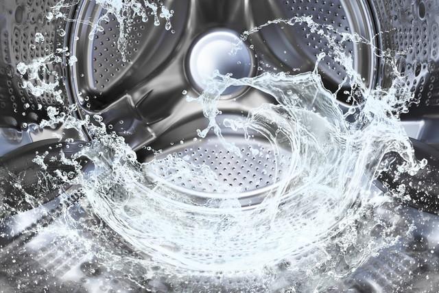 洗濯ドラムの中、回っている水