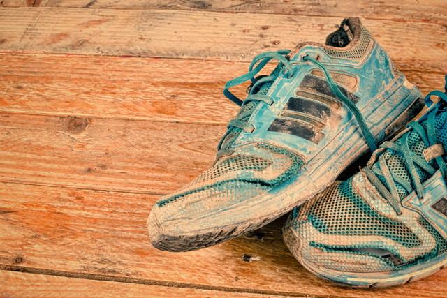 汚れた運動靴