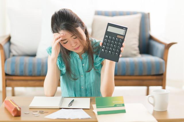 家計を計算する女性