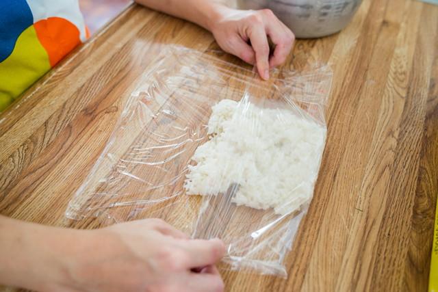 米をラップで包む