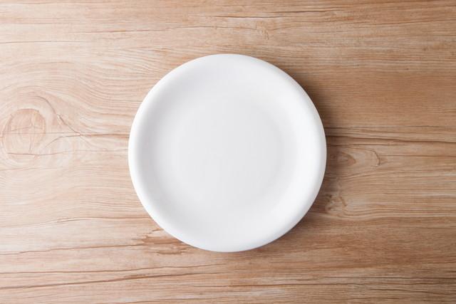 皿のあるテーブルフォト