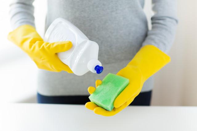 ゴム手袋とスポンジと洗剤