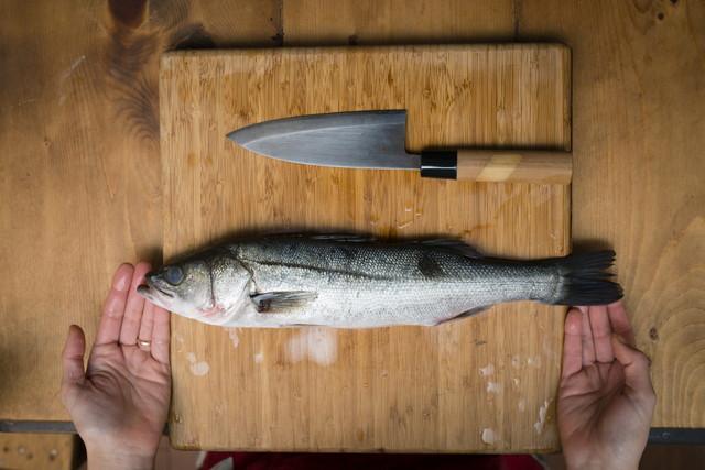 まな板に置かれた魚