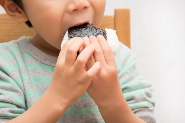 おにぎりを食す子供