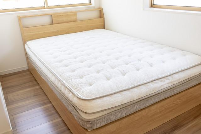ベッドの上の敷布団、白いマットレス