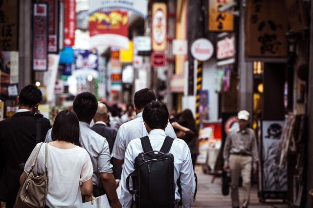 商店街を歩くビジネスマン