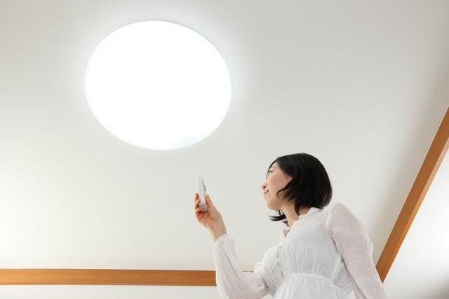 照明と女性