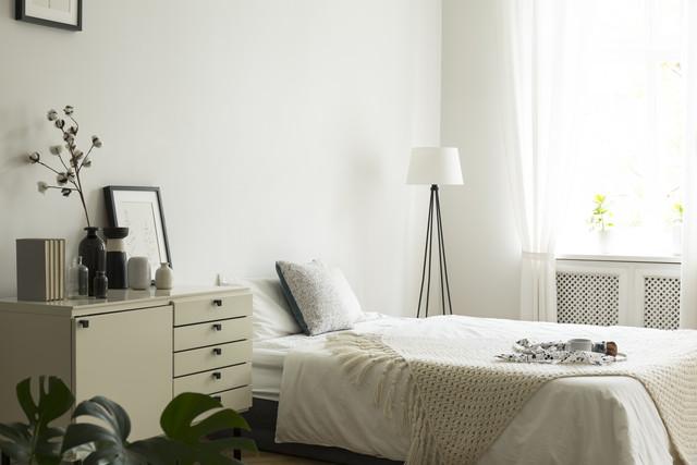 寝室の様子、奥に明るい陽射しの窓