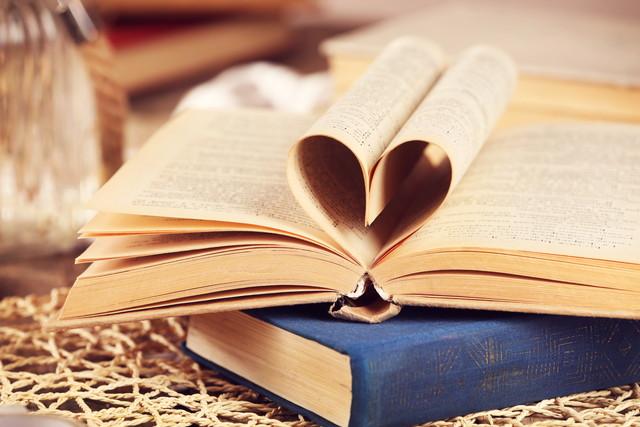 籐の背景に本のページからの心