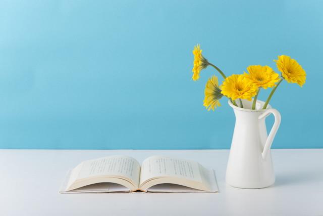 開いた本と花瓶