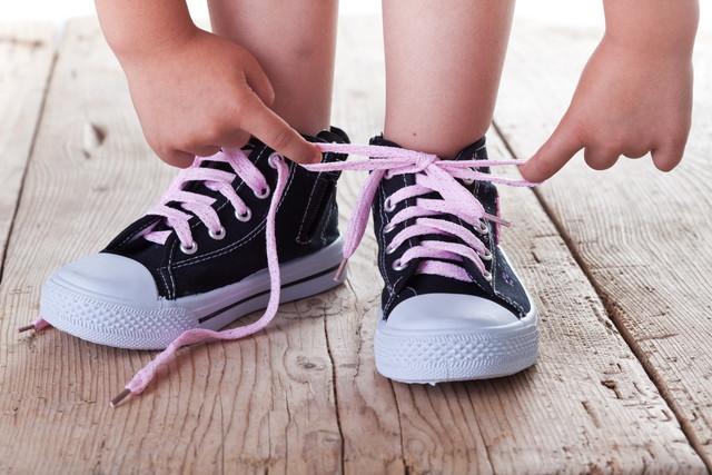靴を結ぶ子供