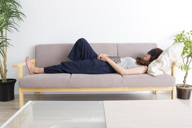 昼寝をしている女性