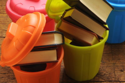 おもちゃのゴミ箱と本
